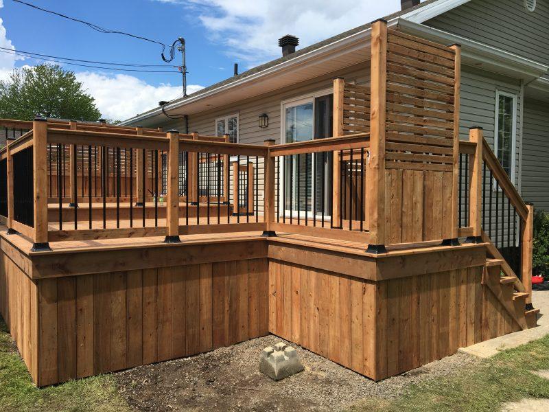 Construction dun patio en bois traité brun